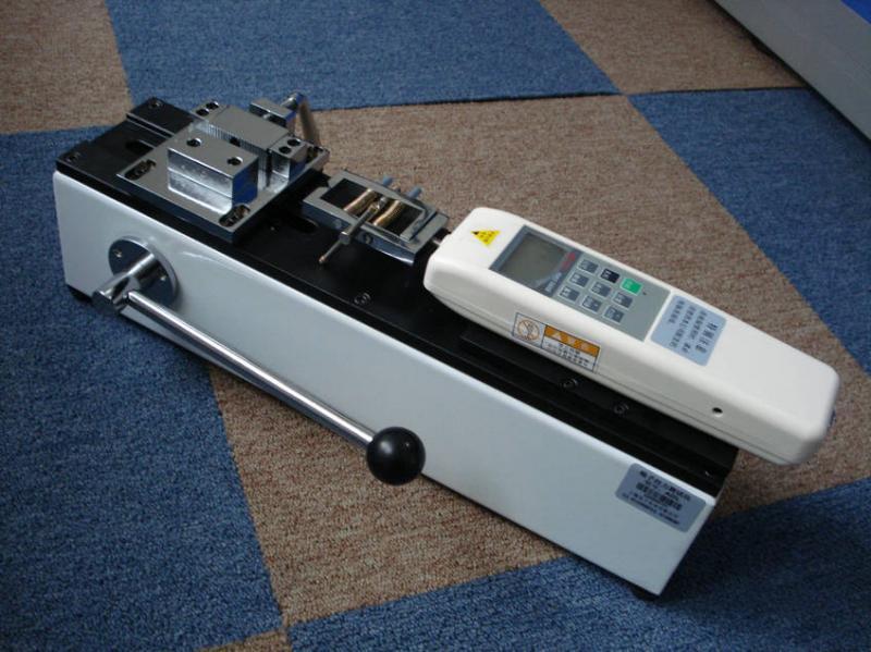 没有品质,便没有企业的明天。 端子拉力试验机说明: SG端子拉力仪是我公司针对线束及电子行业研制开发的一种检测设备,专用于检测各种线束接线端子的拉脱力。可配置NK、HF推拉力计和专用夹具,本仪器具有设备小巧、控制准确、测量精度高、试件装夹方便、操作简单等特点,是线束生产厂家确保产品质量的理想设备。 端子拉力测试仪特点: 卧式安装。 手动操作,操作简单稳定。 可将本机台安装于桌(台)上使用,使机架更加稳固。 长×宽×高:450mm×260mm×160mm。 有